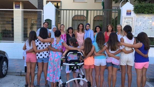 Elena con un grupo de compañeras y padres en la puerta del colegio