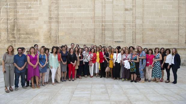Susana Díaz con las consejeras de Igualdad y Justicia, junto a los representantes de los partidos políticos y las asociaciones de mujeres