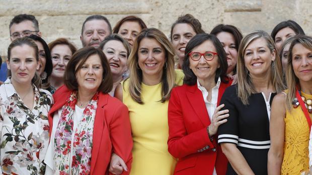 Susana Díaz este miércoles en el Parlamento junto a las consejeras de Igualdad e Interior