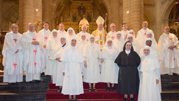 El obispo de Jaén, flanqueado por sacerdotes y precedido por religiosas de la congregación