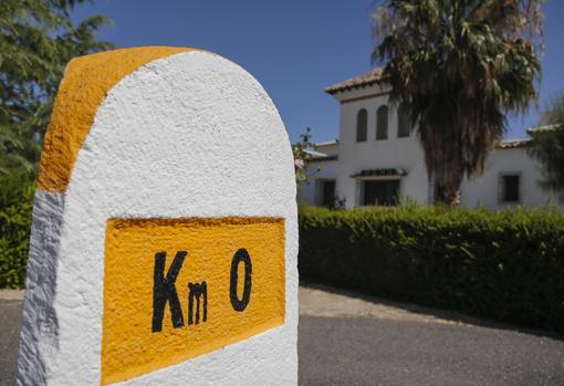 La entrada al caserío donde Emet-Arco ha creado un hito kilómetro cero