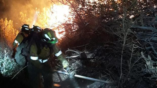 Los bomberos trabajando la pasada noche en el incendio de Casares