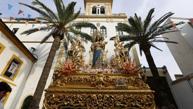 María Auxiliadora, ante la puerta del santuario que lleva su nombre en Córdoba