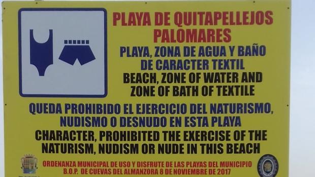 Cartel que informa sobre la prohibición del ejercicio del naturismo en la playa de Palomares.