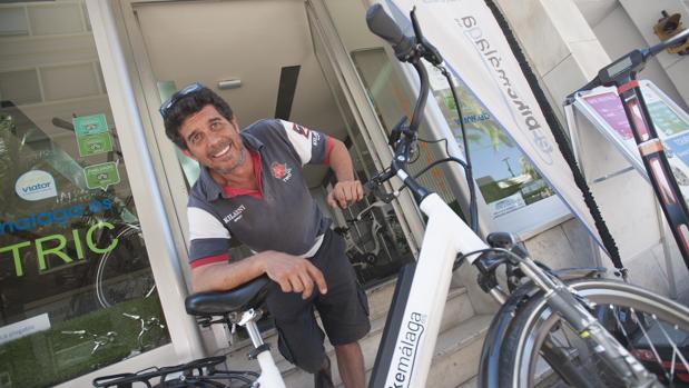 Pablo Barrios, en su empresa de alquiler de bicicletas con motor