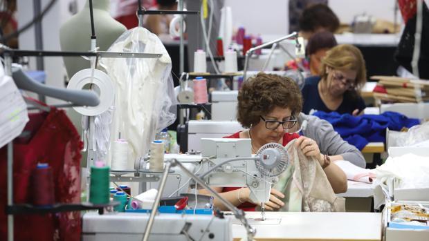 Trabajadoras en un taller de confección de trajes de novios en Fuente Palmera