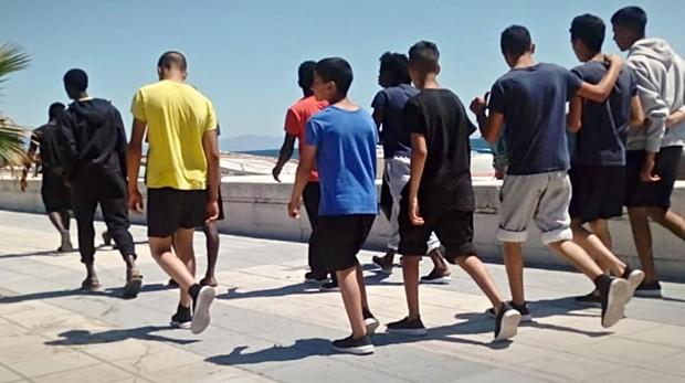 Un grupo de menores inmigrantes pasea por La Línea de la Concepción, en Cádiz.