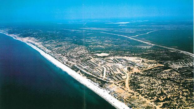 Foto aérea de las 700 hectáreas junto al mar donde se proyecto el compejo turístico Costa Doñana