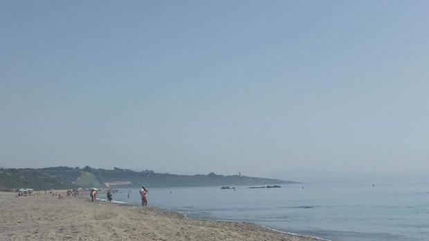 Imagen de este lunes en una playa de La Línea, donde poco bañistas se atreven a adentrarse en el agua