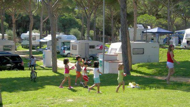 Usuarios disfrutando de uno de los múltiples campings que salpican el litoral andaluz