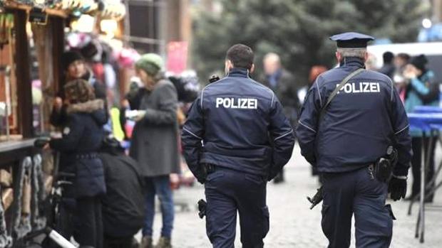 La policía alemana pasea por un mercado navideño.