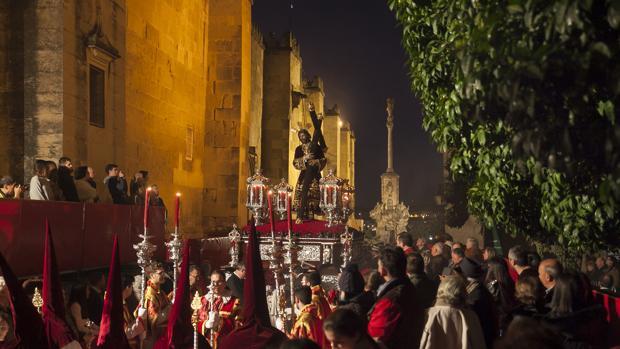 El Señor de los Reyes en la calle Torrijos
