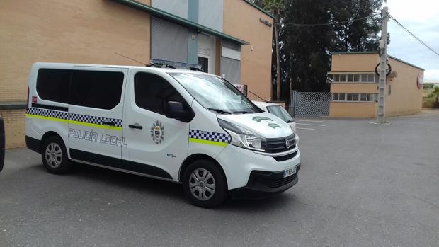 Vehículos oficiales a las puertas de la sede policial