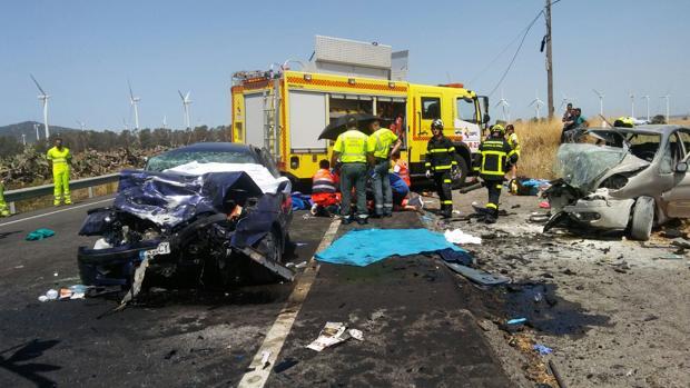 Imagen facilitada por los bomberos de los dos vehículos y del personal sanitario atendiendo a los heridos.