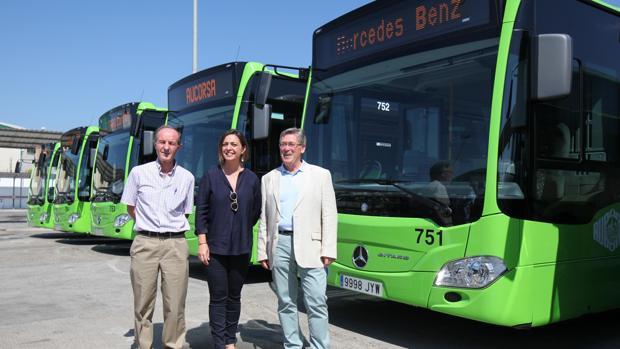 Andrés Pino, Isabel Ambrosio y Juan Antonio Cebrián, en la presentación de nuevos autobuses de Aucorsa