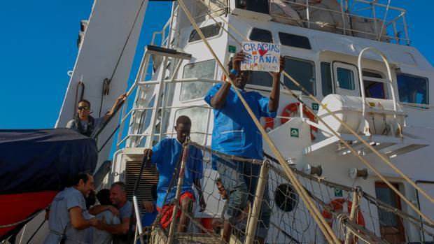 Imagen del desembarco de los inmigrantes del buque «Open Arms» en San Roque.
