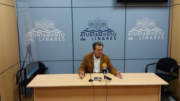 El alcalde de Linares, Juan Fernández, durante nna rueda de prensa