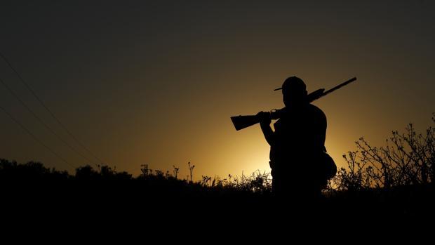 Un cazador listo para la joranda de caza al alba