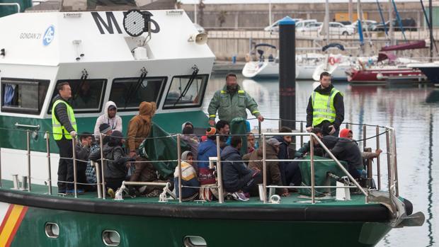 Miembros de la Guardia Civil durante uno de los rescates llevado a cabo en alta mar