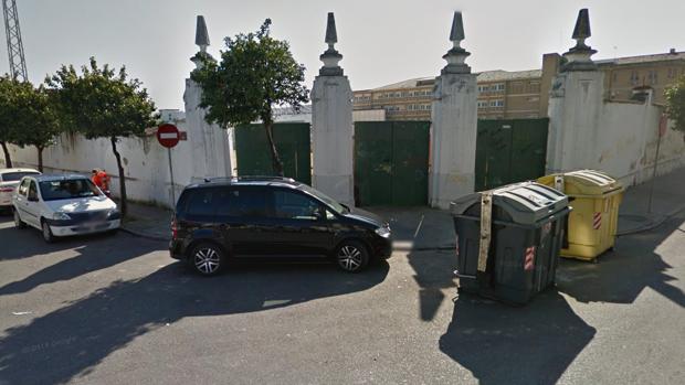 Puerta principal del campo de fútbol de San Eulogio