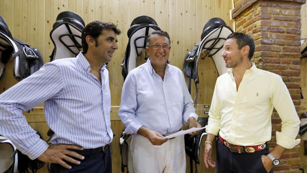 El presidente de Córdoba Ecuestre junto al vicepresidente y el gerente