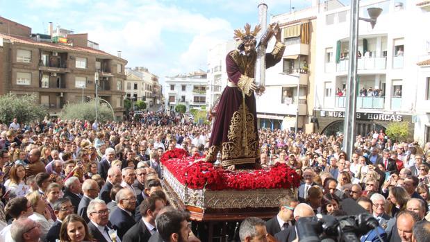 La imagen de Jesús Nazareno en procesión por las calles de Baena