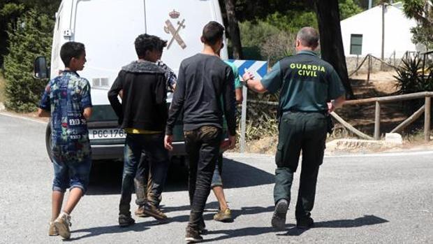 Menores inmigrantes acompañados por la Guardia Civil