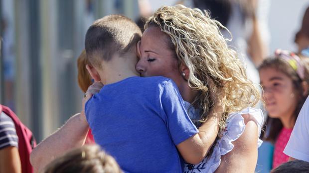 Conchi Sierra con su hijo el primer día de clase en La Carlota, donde se le impidió la entrada al menor