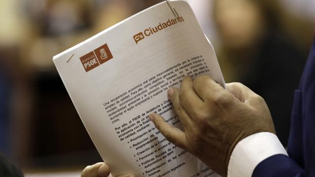 uan Marín sostiene entre sus manos el acuerdo firmado entre el PSOE y Ciudadanos en 2015