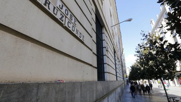 La actual calle Cruz Conde con su cartel en el edificio de Correos