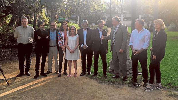 Los eurodiputados y el consejero de Medio Ambiente, ayer en Sevilla, tras su reunión