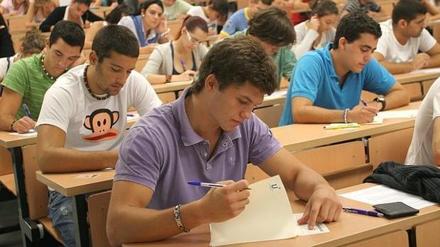 Alumnos durante la celebración de un examen de Selectividad