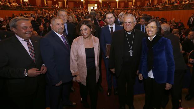 El obispo de Córdoba, Demetrio Fernández, con la alcaldesa, Isabel Ambrosio, y otras autoridades, en el pregón de la Semana Santa de Córdoba de 2017