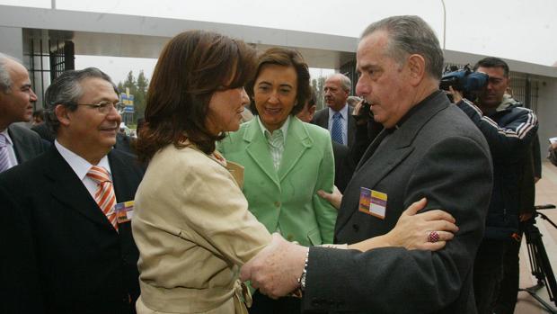 Carmen Calvo saluda a Juan Moreno, entonces presidente del Cabildo Catedral, en 2006