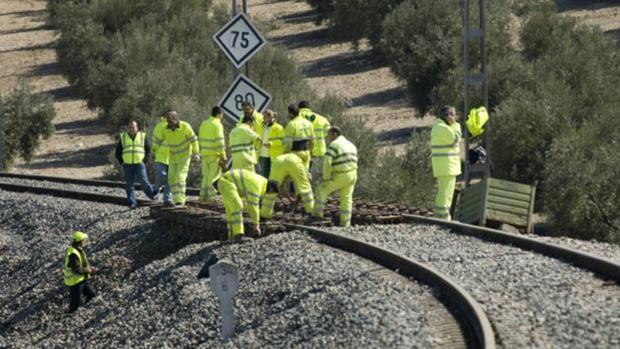 Empleados de Adif en una vía de ferrocarril