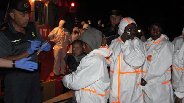 La Guardia Civil atiende a los inmigrantes llegados en una patera a Motril