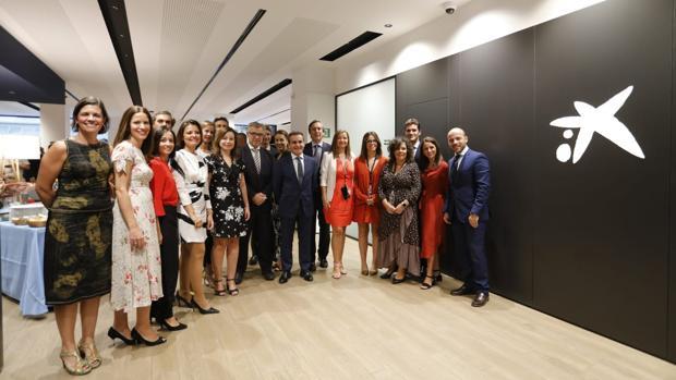 Herrador junto con el equipo de Caixabank de la nueva oficina central de Córdoba