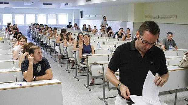 Opositores durante un examen