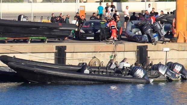 En la imagen, la embarcación del accidente junto a narcolanchas en el puerto de Algeciras.