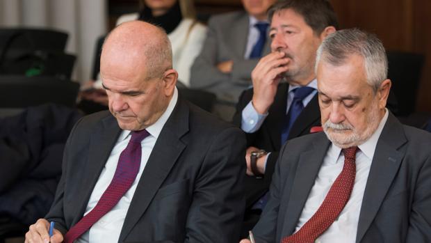Los expresidentes andaluces Manuel Chaves y José Antonio Griñán en el juicio del caso ERE. Guerrero, al fondo