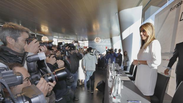 Susana Díaz posa ante los fotógrafos durante un desayuno informativo celebrado este miércoles en Sevilla