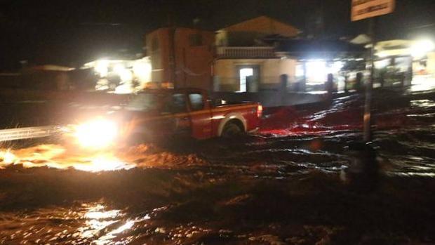 Operarios de bomberos trabajando durante las inundaciones de Campillos, en Málaga
