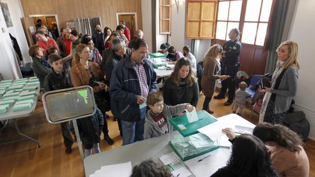 Andaluces votando en las pasadas elecciones autonómicas en Córdoba capital