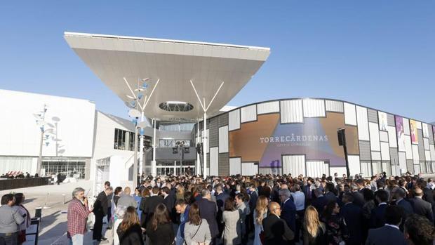 Más de 600 personas asistieron al acto de inauguración de la nueva superficie comercial.