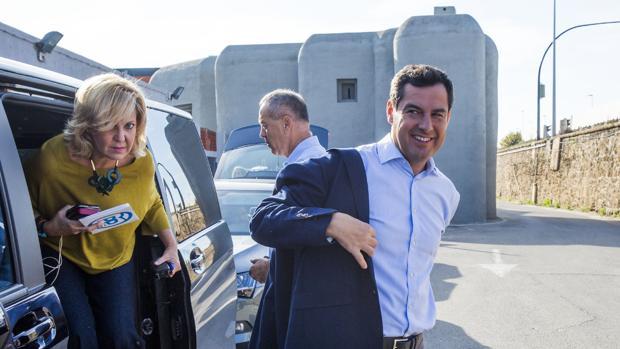 Juanma Moreno bajándose este jueves de su furgoneta durante una visita a Málaga
