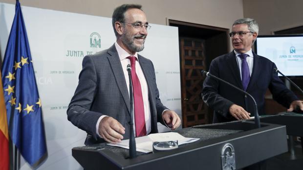 El consejero de Fomento de la Junta de Andalucía, Felipe López (i), y el portavoz del Ejecutivo, Juan Carlos Blanco, en la rueda de prensa tras el Consejo de Gobierno