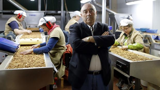 El presidente de Almendras Morales, en las instalaciones del grupo en Priego