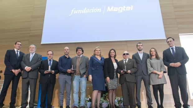 Foto de familia de los galardonados junto a las autoridades en el Palacio de Congresos de Córdoba