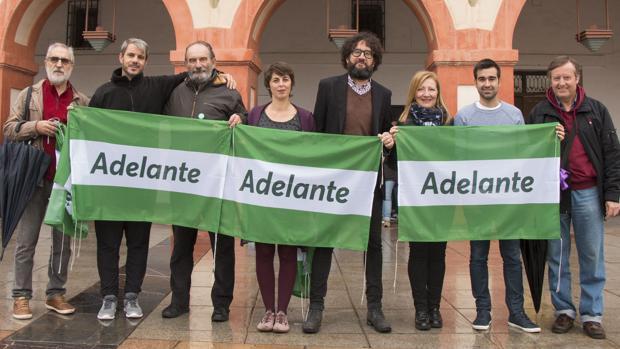 Los representantes de Adelante Córdoba, en la plaza de La Corredera