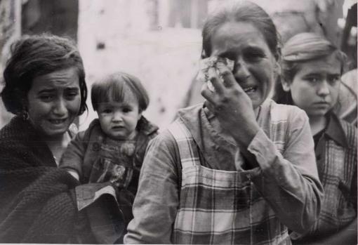 Niños y mujeres lloran tras el bombardeo de Cabra